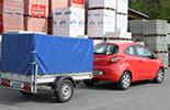 Opel Corsa D avec remorque de chargement